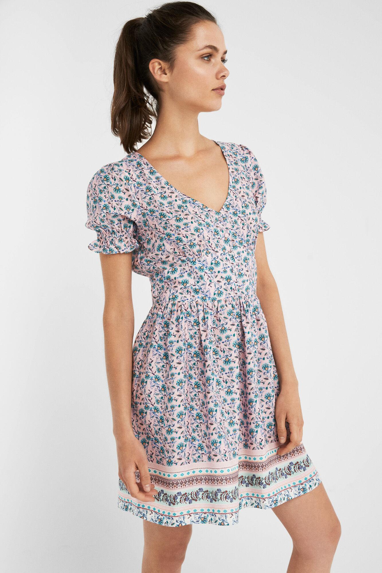 Como combinar un vestido azul con flores