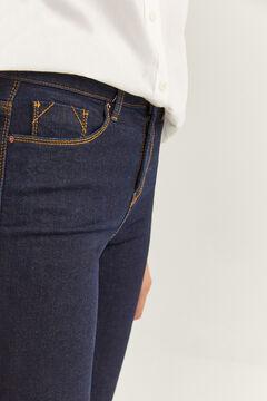 Conjunto sudadera logo y jeans slim